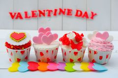 Petit gâteau avec la décoration de coeur sur un fond en bois blanc Concept de jour du ` s d'amour et de Valentine Image stock