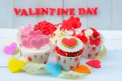 Petit gâteau avec la décoration de coeur sur un fond en bois blanc Concept de jour du ` s d'amour et de Valentine Images libres de droits