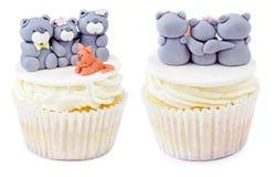 Petit gâteau avec la famille d'ours de nounours d'isolement Photographie stock