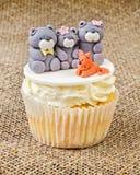 Petit gâteau avec la famille d'ours de nounours sur le fond rustique de jute Photos libres de droits