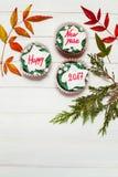 Petit gâteau avec le message de nouvelle année Images stock