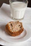 Petit gâteau avec le verre de lait sur la table noire Photos stock