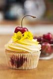 Petit gâteau avec les cerises et la fleur Images libres de droits