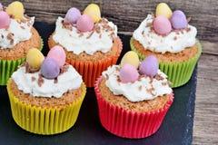 Petit gâteau avec les oeufs et la crème de chocolat sur l'ardoise Images stock