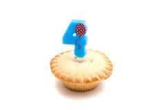 Petit gâteau avec quatre ans de bougie d'anniversaire sur le blanc Images stock