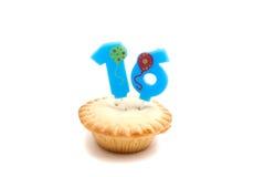Petit gâteau avec seize ans de bougie d'anniversaire Photos stock