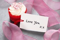 Petit gâteau avec un amour de ` vous étiquette de ` Image libre de droits