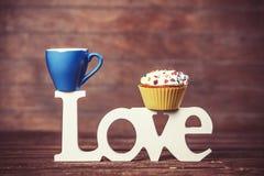 Petit gâteau, café et amour de mot Photo stock