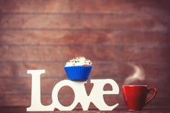 Petit gâteau, café et amour de mot Photo libre de droits