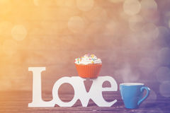 Petit gâteau, café et amour de mot Photos libres de droits