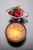 Petit gâteau chaud avec l'intérieur blanc et le Redbearidge de chocolat image stock