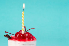 Petit gâteau coloré avec une cerise sur le dessus Images libres de droits