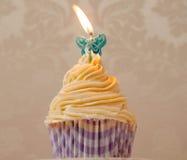 Petit gâteau crème avec la bougie Photographie stock