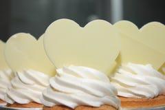 Petit gâteau décoré des coeurs de sucre. Photographie stock libre de droits