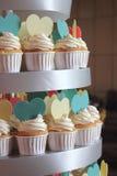 Petit gâteau décoré du givrage et des coeurs de sucre. Images libres de droits