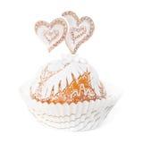 Petit gâteau décoré du fondant blanc et de deux coeurs Image libre de droits