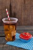 Petit gâteau décoré et boisson froide avec le thème du 4 juillet Photographie stock libre de droits