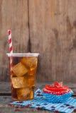 Petit gâteau décoré et boisson froide avec le thème du 4 juillet Image libre de droits