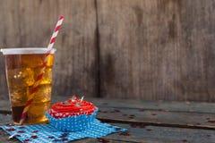 Petit gâteau décoré et boisson froide avec le thème du 4 juillet Photographie stock