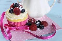Petit gâteau délicieux avec des baies Image stock
