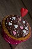 Petit gâteau délicieux avec des coeurs de sucre Images libres de droits