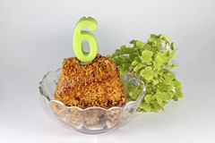Petit gâteau délicieux sur le 6ème anniversaire Photographie stock