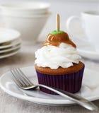 Petit gâteau d'épice avec la pomme de caramel Photographie stock