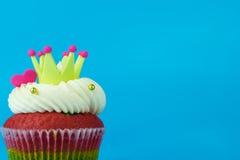 Petit gâteau d'amour de coeur de couronne sur le fond bleu Image stock