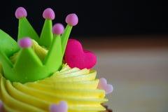 Petit gâteau d'anniversaire avec une seule bougie bleue Petit gâteau avec de la crème jaune et coeur pour des valentines d'amour Photos stock