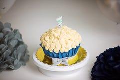 Petit gâteau d'anniversaire de Teal avec de la crème de beurre Photos stock