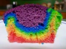 Petit gâteau d'arc-en-ciel Images stock