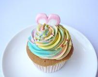 Petit gâteau d'arc-en-ciel Photographie stock