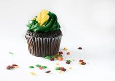 Petit gâteau d'isolement de chocolat avec le givrage vert Image stock
