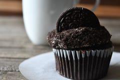 Petit gâteau d'Oreo sur le fond en bois Image stock