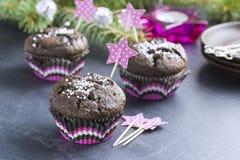 Petit gâteau de chocolat avec des flocons de neige dans le maniveau rose Image libre de droits