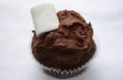 Petit gâteau de chocolat avec la fourchette Photo stock