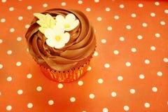 Petit gâteau de chocolat décoré des fleurs Image stock