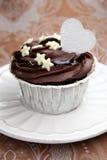 Petit gâteau de chocolat sur une table Photographie stock