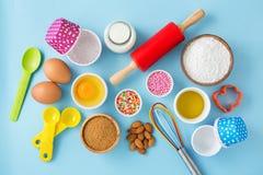 Petit gâteau de cuisson avec des ingrédients et des outils de cuisine Photo stock