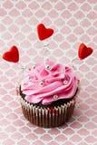Petit gâteau de fraise avec des formes de coeur et des petits programmes en métal Photos stock
