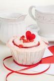 Petit gâteau de fraise sur une table Image libre de droits