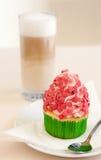 Petit gâteau de fraise sur une table Photos stock