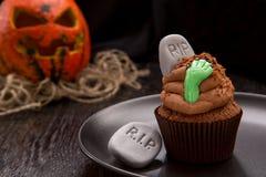 Petit gâteau de Halloween avec la pierre tombale Images stock