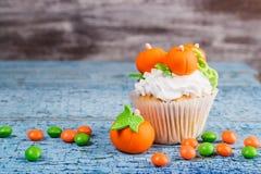 Petit gâteau de Halloween avec les décorations colorées photo libre de droits