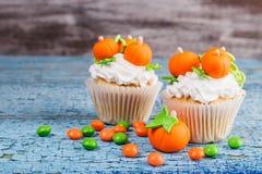 Petit gâteau de Halloween avec les décorations colorées image libre de droits