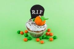 Petit gâteau de Halloween avec les décorations colorées image stock