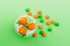 Petit gâteau de Halloween avec les décorations colorées images libres de droits