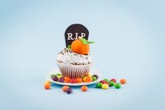 Petit gâteau de Halloween avec les décorations colorées photos libres de droits