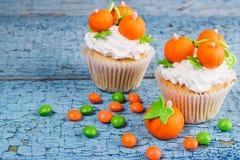 Petit gâteau de Halloween avec les décorations colorées photo stock