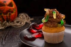 Petit gâteau de Halloween avec les vers Photographie stock